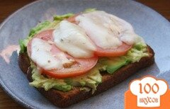 Фото рецепта: «Бутерброд с авокадо и помидором»
