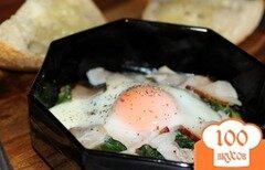 Фото рецепта: «Запеченное яйцо со шпинатом и ветчиной»