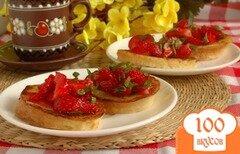 Фото рецепта: «Гренки с клубникой и мятой»