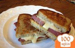 Фото рецепта: «Сэндвич с копченой солониной и сыром»