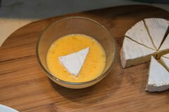 «Жареный сыр камамбер» - приготовления блюда - шаг 2