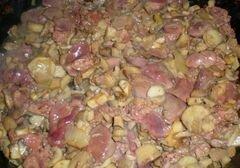 «Куриная печень с грибами под сметанным соусом» - приготовления блюда - шаг 4