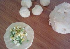 «Пирожки из бездрожжевого теста на кефире с начинкой из зелёного лука и яиц» - приготовления блюда - шаг 4