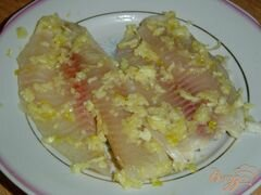«Рыба, запеченная с чесноком и луком» - приготовления блюда - шаг 2