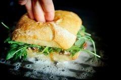 «Горячие бутерброды с тунцом, помидорами и козьим сыром» - приготовления блюда - шаг 11