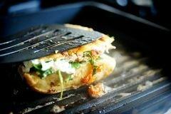 «Горячие бутерброды с тунцом, помидорами и козьим сыром» - приготовления блюда - шаг 12