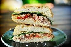 «Горячие бутерброды с тунцом, помидорами и козьим сыром» - приготовления блюда - шаг 13