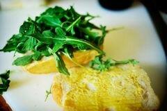 «Горячие бутерброды с тунцом, помидорами и козьим сыром» - приготовления блюда - шаг 7