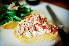 «Горячие бутерброды с тунцом, помидорами и козьим сыром» - приготовления блюда - шаг 8