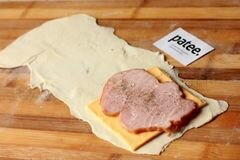 «Пирожки из слоёного теста с ветчиной и сыром» - приготовления блюда - шаг 5