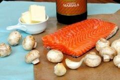 «Коричневый рис с лососем, вином и грибами» - приготовления блюда - шаг 1