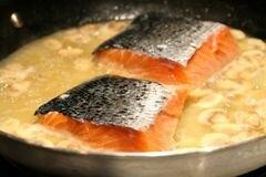 «Коричневый рис с лососем, вином и грибами» - приготовления блюда - шаг 7