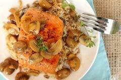 «Коричневый рис с лососем, вином и грибами» - приготовления блюда - шаг 9