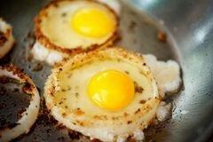 «Яичница в луковых колечках» - приготовления блюда - шаг 10