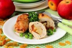 «Куриные рулетики с яблоками и изюмом» - приготовления блюда - шаг 13
