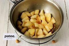 «Куриные рулетики с яблоками и изюмом» - приготовления блюда - шаг 6