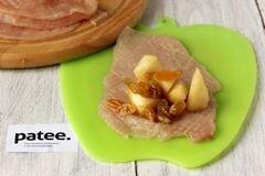 «Куриные рулетики с яблоками и изюмом» - приготовления блюда - шаг 7