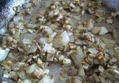 «Куриные рулетики с грибами, морковью и луком» - приготовления блюда - шаг 4