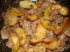 «Печень с яблоками и луком» - приготовления блюда - шаг 5