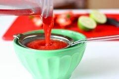 «Клубничная Аква Фреска» - приготовления блюда - шаг 2