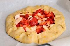 «Пирог с клубникой и яблоками» - приготовления блюда - шаг 10