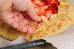 «Пирог с клубникой и яблоками» - приготовления блюда - шаг 11