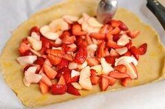 «Пирог с клубникой и яблоками» - приготовления блюда - шаг 9