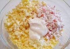 «Яйца фаршированные крабовыми палочками, сыром и чесноком» - приготовления блюда - шаг 3