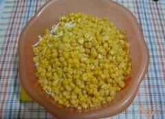 «Салат сытный с крабовым мясом и красной икрой» - приготовления блюда - шаг 4