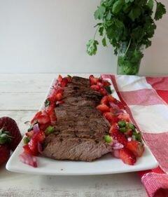 «Жареный говяжий стейк с клубничной сальсой» - приготовления блюда - шаг 1