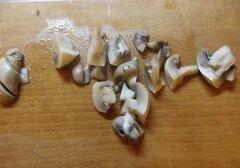 «Теплый салат с сосисками и грибами» - приготовления блюда - шаг 4