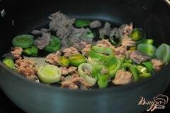 «Фриттата с тунцом и луком-порей» - приготовления блюда - шаг 2