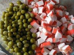 «Салат с крабовыми палочками, рисом и зеленым горошком» - приготовления блюда - шаг 2