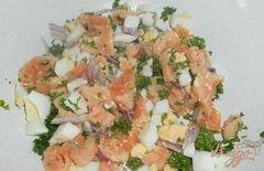 «Салат «Праздничный» с семгой и икрой» - приготовления блюда - шаг 3