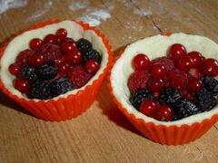 «Корзиночки творожные со смородиной и малиной» - приготовления блюда - шаг 3