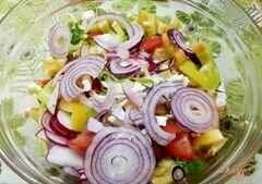 «Салат с крымским луком и фетой» - приготовления блюда - шаг 6